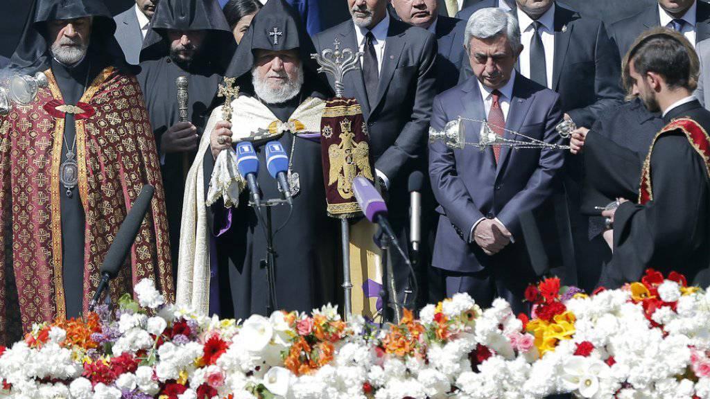 US-Schauspieler George Clooney (Mitte) bei der Gedenkveranstaltung am Sonntag.