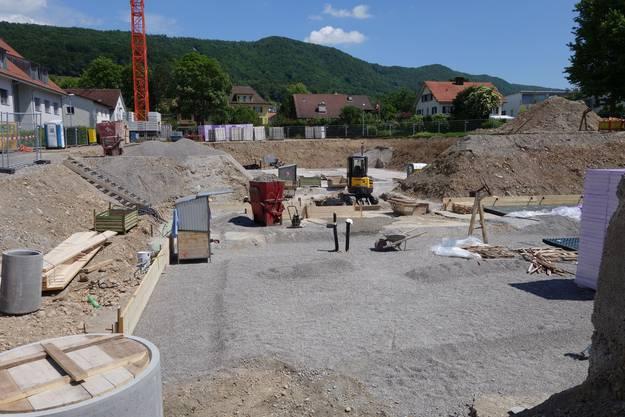 Wo heute das Schulhaus steht, klaffte im Sommer 2015 noch eine Baugrube