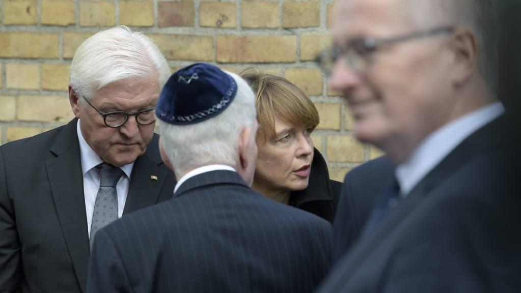 Bundespräsident Steinmeier (links) mit seiner Gattin Elke Büdenbender an der Synagoge von Halle.