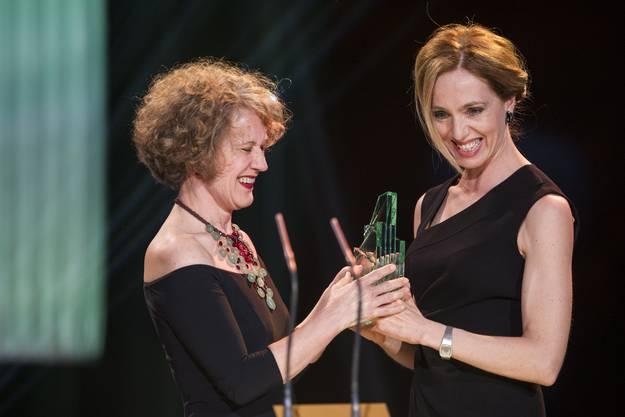 Ursina Lardi empfängt ihren Preis von Zürcher Stadtpräsidentin Corine Mauch