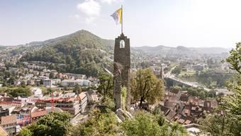 Während der Tagung der ehemaligen Schweizergardisten flattern die Farben des Vatikans auf der Schlossruine Stein.