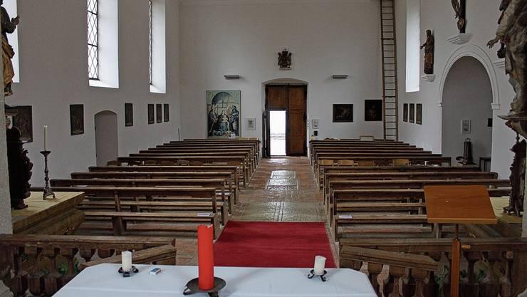 Blick vom Altarraum ins Chappeli. Die Kirchenbänke sollen umgebaut werden.