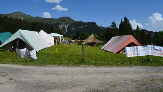 Überall in der Schweiz wurden über Pfingsten Lager der Pfadi oder von Jungwacht Blauring durchgeführt. Hier ein Blick auf das Zeltdorf in Schiers der Battasendas Grischun, der Pfadi Graubünden. Foto: Vanessa Cadisch