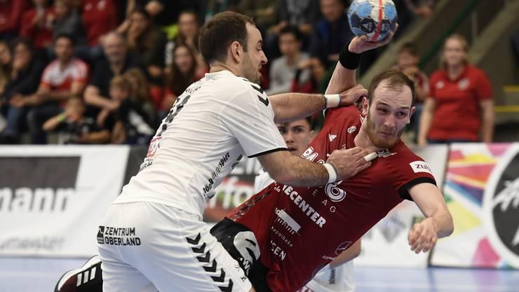 HSC-Co-Captain Tim Aufdenblatten (r.) und seine Teamkollegen haben auch in Spiel 3 der Playoff-Viertelfinals gegen Wacker Thun ihre liebe Mühe.