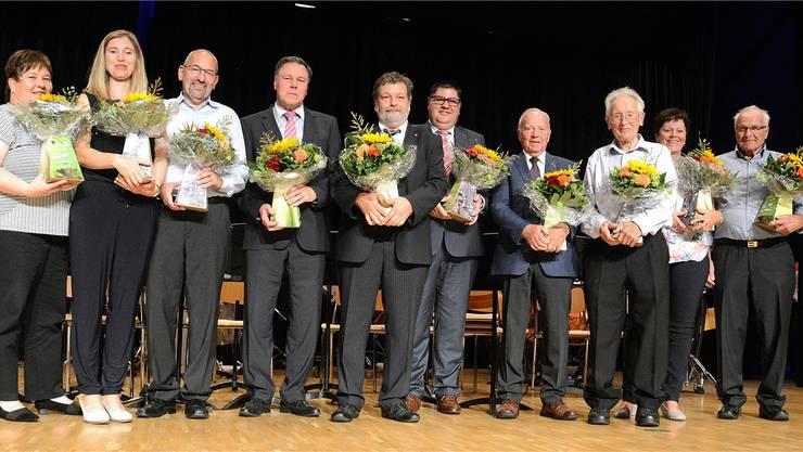 Regierungsrat Roland Heim (Bildmitte) ehrte die Gründungs- und die ehemaligen und heutigen OK-Mitglieder des Musikwettbewerbes, die teils seit mehr als 30 Jahren ehrenamtlich für den Grossanlass tätig sind.
