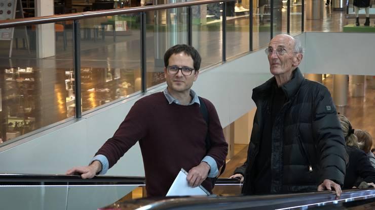 Walter Hunziker mit Fabian Furter, Historiker und Co-Projektleiter von «Zeitgeschichte Aargau», im Shoppi Spreitenbach.