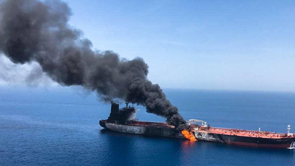 """Der brennende norwegische Öltanker """"Front Altair"""" soll abgeschleppt werden. (Archivbild)"""