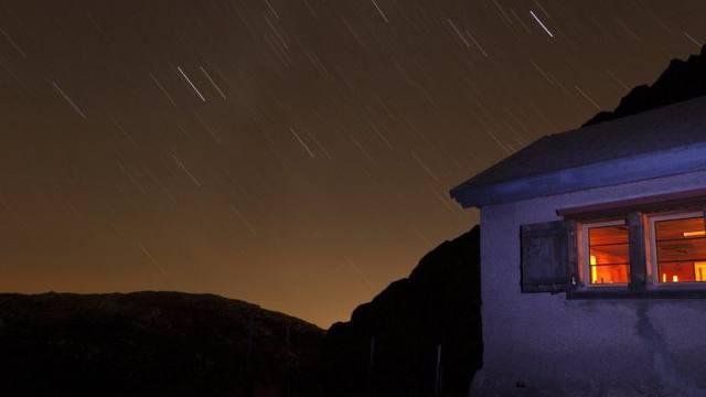 Licht brennt im Winterraum einer Berghütte (Symbolbild)