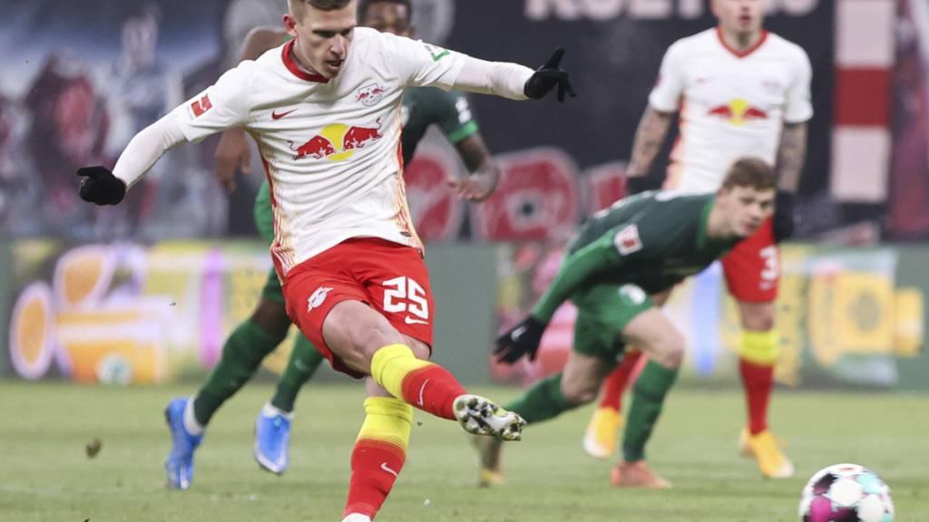Leipzigs Spanier Dani Olmo, Schütze des 1:0 auf Penalty, bei einem wuchtigen Abschluss