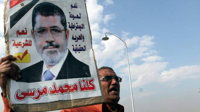 Ein Anhänger des Ex-Präsidenten mit Foto Mursis (Archiv)