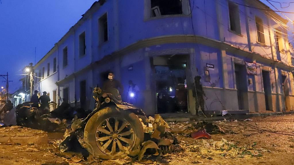Trümmer einer Autobombe liegen vor dem Rathaus von Corinto. Nach der Explosion der Autobombe im Westen Kolumbiens ist die Zahl der Verletzten nach Regierungsangaben auf mindestens 43 gestiegen.