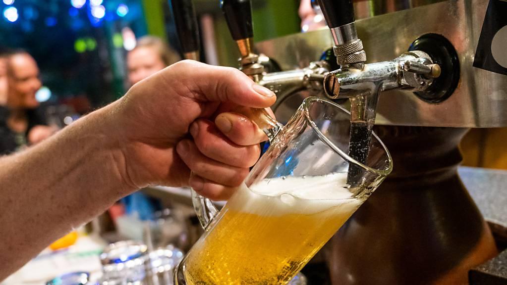 Bei der Brauerei Feldschlösschen haben im Coronajahr 2020 die Schliessungen von Restaurants abgesagte Anlässe eingeschenkt. Der Bierverkauf knickte ein. (Archivbild)