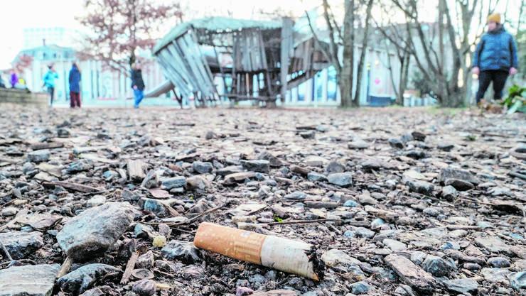 Soll im St. Johanns-Park künftig nicht mehr stattfinden: Das Spielen inmitten von Zigarettenstummeln.