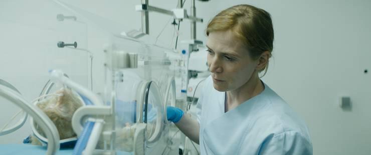 Wenn sie nicht am beten ist, experimentiert Ruth (Judith Hofmann) im Labor mit Affen.