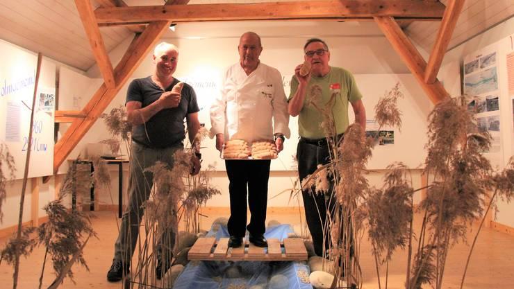 Chröschweggen der Versöhnung: Fritz Kummer (links), Präsident der Rupperswiler Museumskommission, Veltheimer Bäcker Alfred Richner und der Auensteiner Martin Joho.