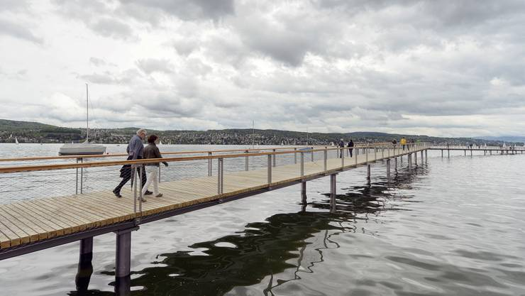 Drei Kantonsräte erhöhen den Druck auf den Regierungsrat: Sie wollen, dass dieser bei der Planung und dem Bau eines durchgehenden Seeuferwegs vorwärtsmachen. Bild: Cassiopeia-Steg am Zürichsee.
