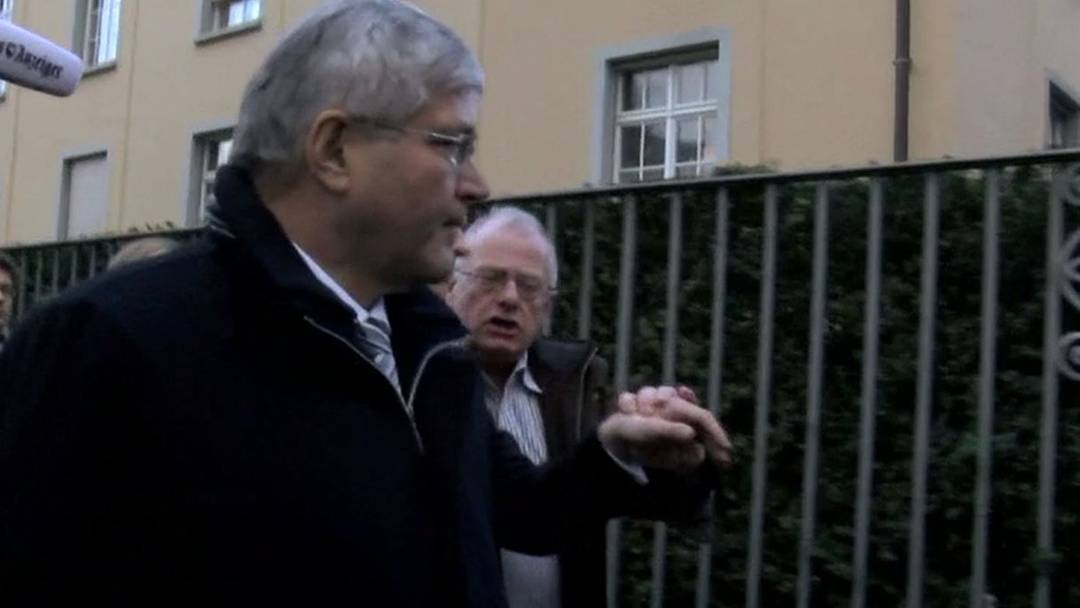 Nach dem Prozess verlässt Zuppiger das Bezirksgericht kommentarlos und wird wüst beschimpft