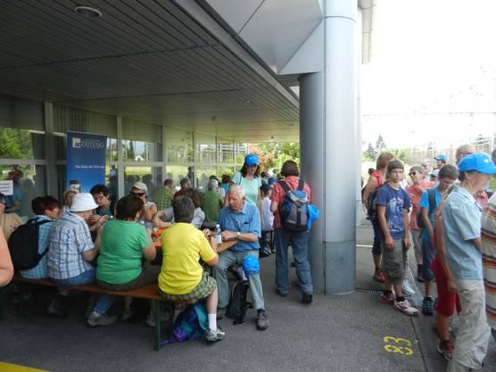 2. Etappe: Bratwurst und Brot beim Medienhaus in Solothurn nach geschaffter Etappe.
