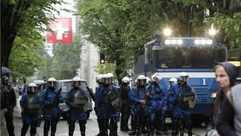 Polizei riegelt den Übergang von der Bahnhofstrasse zum Paradeplatz am 1. Mai 2010 ab. (key)