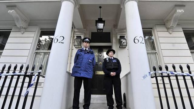 Polizisten bewachen die Villa des Tetra-Pak-Erben Hans Kristian Rausing (Archiv)