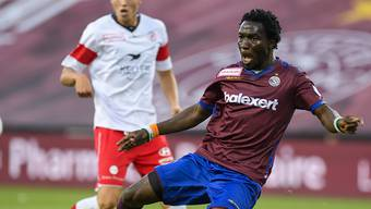 Koro Koné hat den Ball kurz vor seinem ersten Treffer fest im Blick