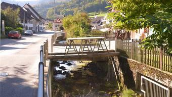 Trottoir, naturnahes Ufer, Hochwasserschutz: Das fehlt derzeit an der Reigoldswiler Kantonsstrasse.