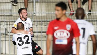 So wars im Hinspiel: Aussenseiter Wil jubelt (hinten) über den 2:0-Sieg, die hochdotierten Aarauer versagen.