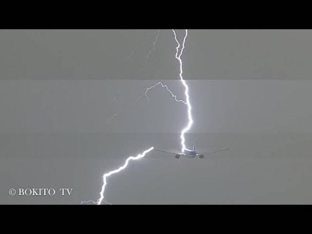 Flugzeug wird von Blitz getroffen