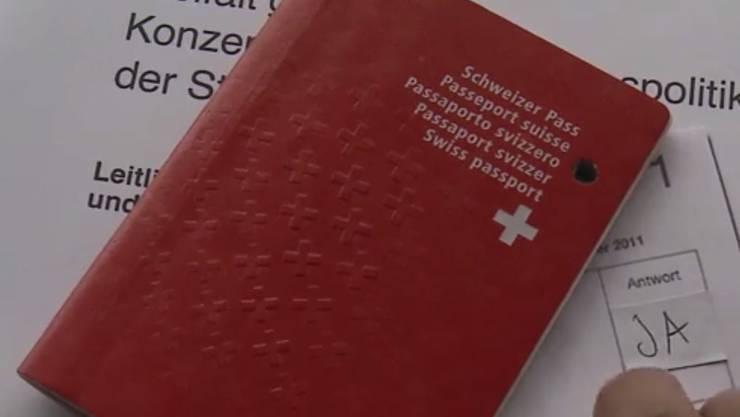 Braucht eine Person den Schweizer Pass, um abstimmen und wählen zu dürfen? Oder reicht der C-Ausweis? Das sollen Gemeinden laut Volksinitiative künftig selbst entscheiden.