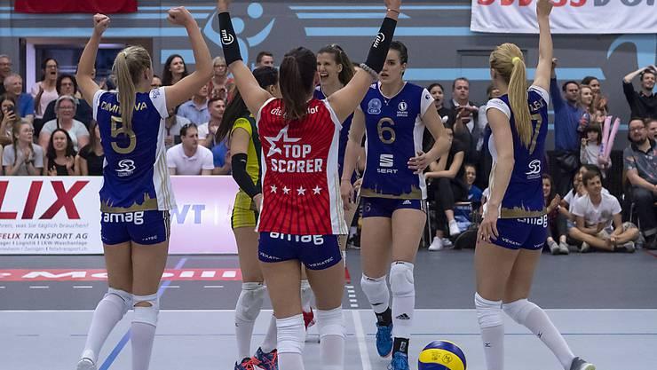 Die Volleyballerinnen von Volero Zürich freuen sich in Aesch über den Gewinn des Schweizer Meistertitels