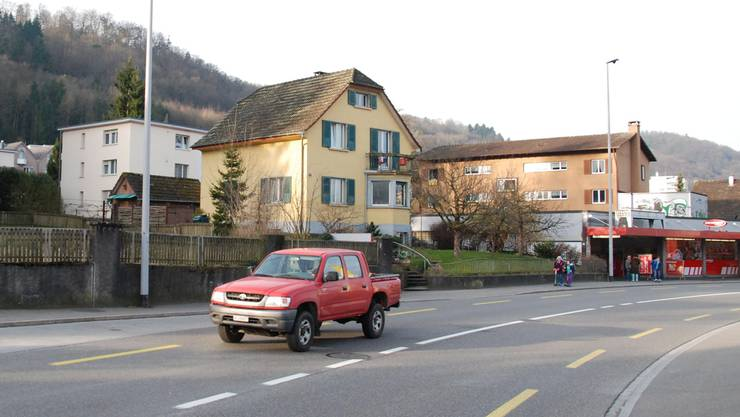 Bruggerstrasse: An diesem Haus, dem Mehrfamilienhaus rechts davon und im Denner sollen neue Gebäude gebaut werden, in denen Gewerbe und Wohnungen untergebracht sind.