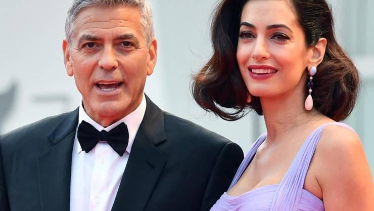 Die Zwillinge von George und Amal Clooney kommen offenbar nach den Eltern: Der Bub ist ein Draufgänger mit gesundem Appetit, das Mädchen ist schon mit drei Monaten vornehm und elegant.