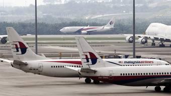Die nach zwei Flugzeugkatastrophen angeschlagene Fluggesellschaft Malaysia Airlines will sich im Rahmen eines drastischen Sparkurses von 6000 Beschäftigten trennen. Alle 20'000 Mitarbeiter erhielten Kündigungsschreiben.