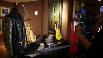 Die Versteigerung von Erinnerungsstücken des verstorbenen Sängers Prince hat fast zwei Millionen Dollar eingebracht.