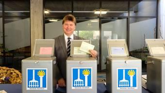 Historischer Moment: Gemeindepräsident Michael Deplazes (parteilos), kurz bevor er seinen Stimmzettel zum Baukredit Baufeld Ost in die Urne wirft.