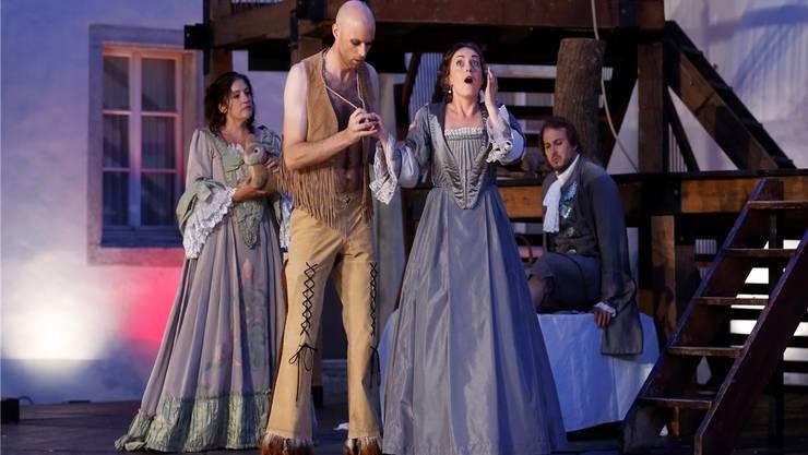 Andrea Lauren Brown als Mademoiselle de St.Yves, Jonathan Sells als der Hurone, Gunta Smirnova als Mademoiselle de Kerkabon und Michael Feyfar (sitzend) als Monsieur Gillotin. Hanspeter Bärtschi
