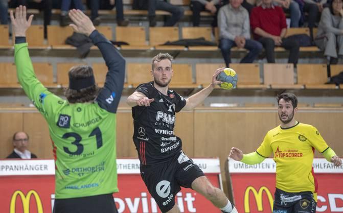 David Poloz (M.) war mit sechs Treffern zusammen mit Tim Aufdenblatten und Nikola Isailovic der beste Werfer des HSC Suhr Aarau.