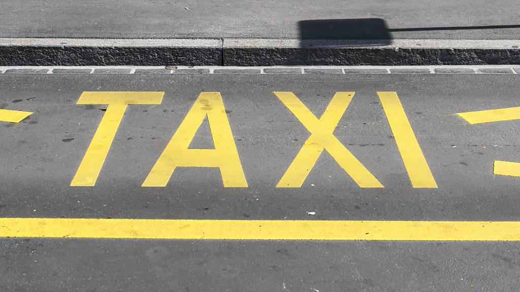 Unbekannter fährt Taxi-Chauffeur in Luzern über die Füsse
