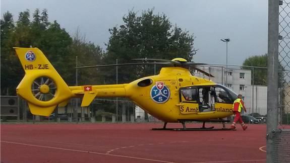 Die Rettungskräfte landen beim Schulhaus Rain: Der TCS-Helikopter flog am Donnerstag den verunfallten Schüler ins Kantonsspital Aarau.