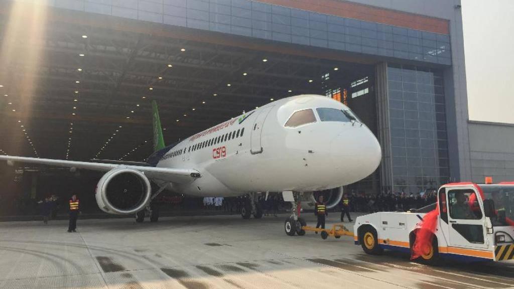 Der C919, das erste in China entwickelte Passagierflugzeug, wird aus dem Hangar in Shanghai gezogen.