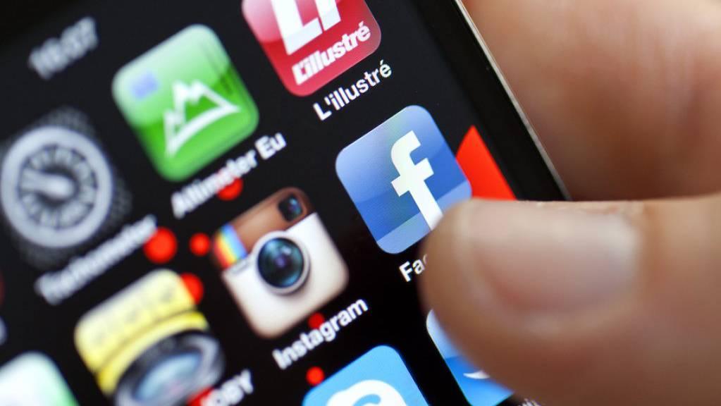 Die Bevölkerung ist laut einer Umfrage davon überzeugt, dass Unwahrheiten in politischen Debatten bedeutsamer geworden sind. Begünstigt wird dies durch die unkontrollierte Verbreitung von Fake News in sozialen Medien. (Symbolbild)