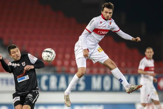 Aaraus Sven Luescher (links) kämpft um den Ball, rechts Beg Ferati vom FC Sion.