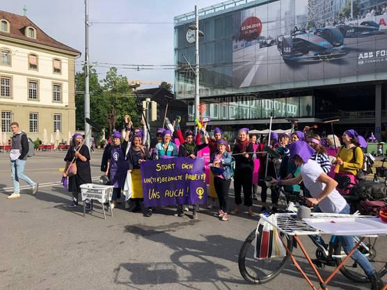 Mit Besen, Wäschezeinen und Teppichklopfer protestierten die Frauen am Berner Bahnhof gegen unbezahlte und unterbezahlte Arbeit.