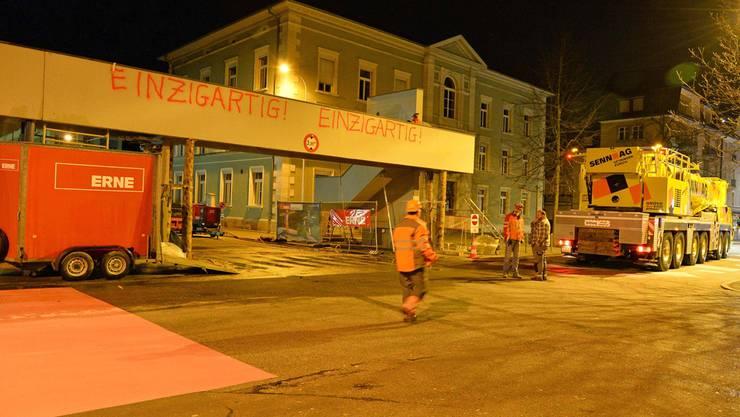 0.33 Uhr: Der Hebekran fährt vor. Bruno Kissling