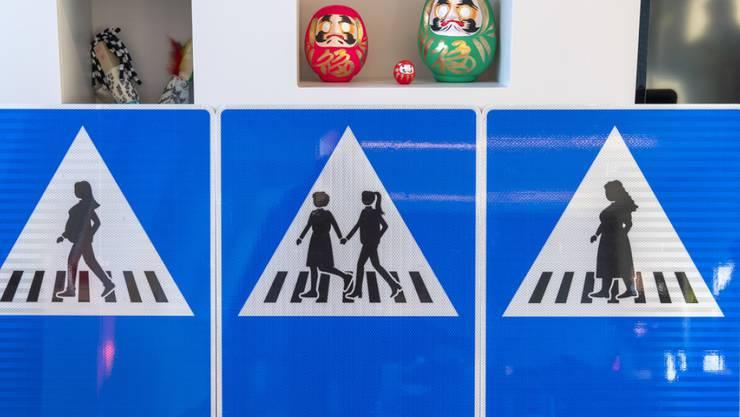 Die 250 neuen Schilder gibt es in sechs verschiedenen Versionen, darunter eine schwangere Frau, ein weibliches Paar und eine übergewichtige Frau.