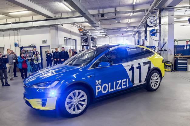 Die Kantonspolizei Basel-Stadt präsentiert ihr erstes Tesla-Elktroauto.