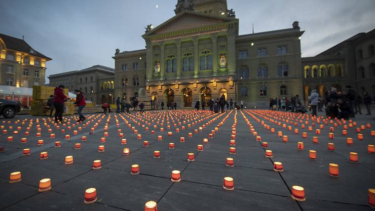 """Im Rahmen der Aktion """"Eine Million Sterne"""" leuchten hunderte Kerzen auf dem Bundesplatz in Bern."""