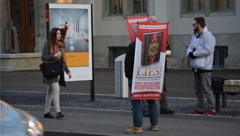 Sind vielen Passanten ein Dorn im Auge: Die Koran-Verteiler (hier an der Aarauer Bahnhofstrasse) in Schweizer Städten. (Archivbild)