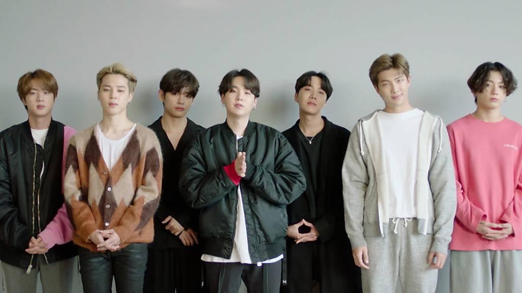 Das Videostandbild zeigt die Band BTS, die den Preis für beste virtuelle Live-Übertragung bei den MTV European Music Awards 2020 entgegennimmt.