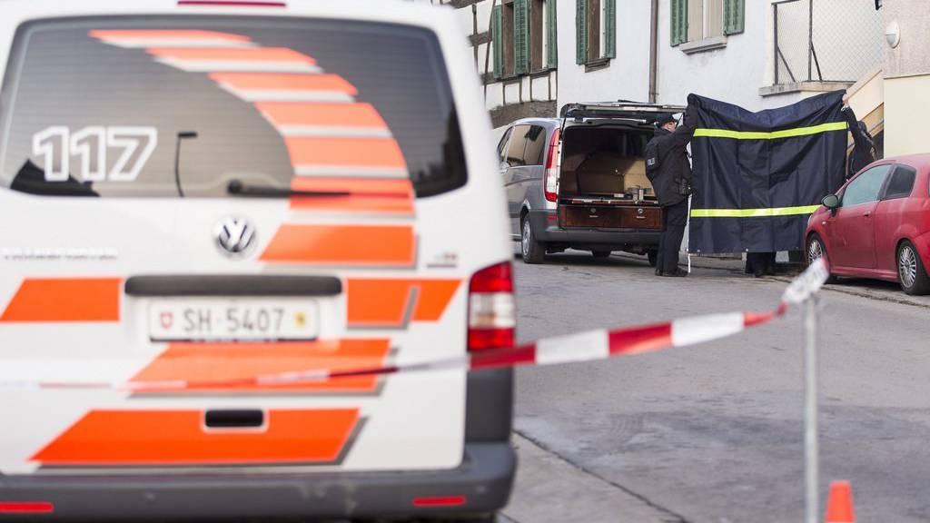 Polizisten laden nach dem Tötungsdelikt in Hemmental einen Sarg in ein Auto.